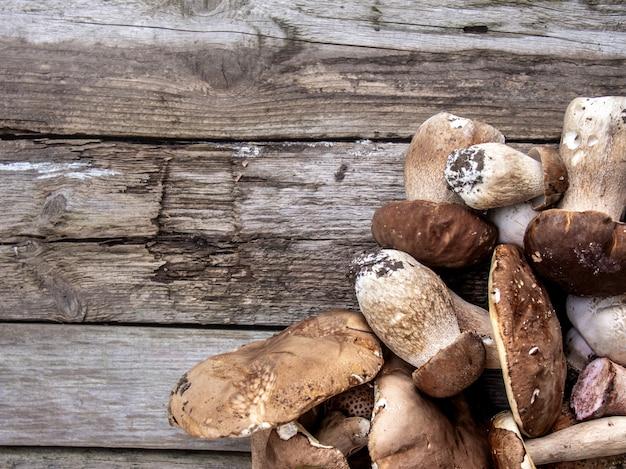Funghi su un tavolo di legno.