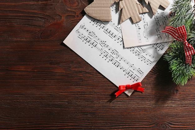 Musica e addobbi natalizi su tavola di legno