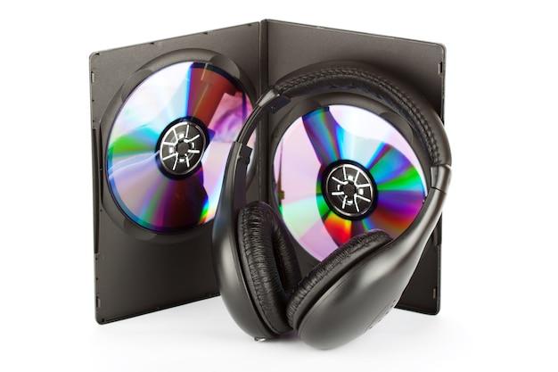Concetto di musica - cuffie con cd in scatola su sfondo bianco