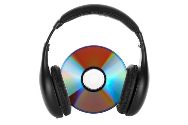 Concetto di musica - cuffie con cd su sfondo bianco
