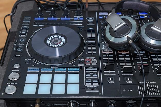 Console musicale e cuffie per dj dj console cd mp4 deejay mixando musica da tavolo party i