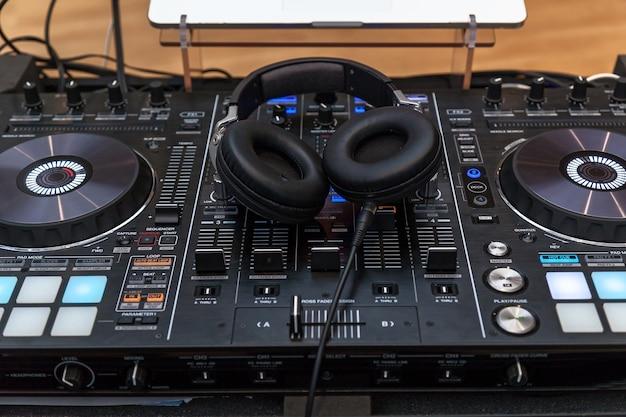 Console musicale e cuffie per dj dj console cd mp4 deejay mixando musica da tavolo party in discoteca