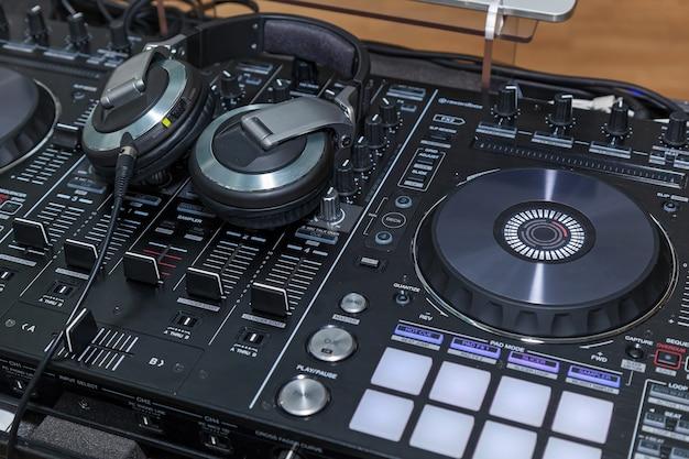 Console musicale e cuffie per dj dj console cd mp4 deejay mixando music party party in discoteca