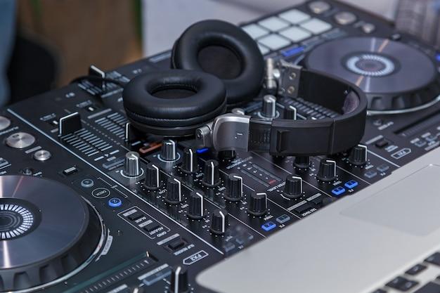 Console musicale e cuffie per dj dj console cd mp4 deejay mixando musica da tavolo party