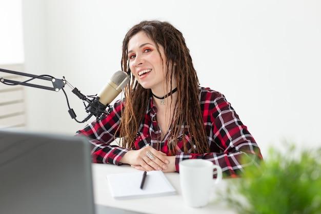Concetto di musica, dj e persone - giovane donna che lavora alla radio.