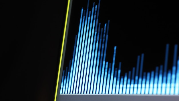 Barra dell'equalizzatore musicale. equalizzatore della forma d'onda audio su sfondo nero dello schermo. musica o onda sonora sul monitor. astratto visualizzatore sonoro colorato. grafico musicale a spettro sfumato. il grafico digitale si illumina al buio.