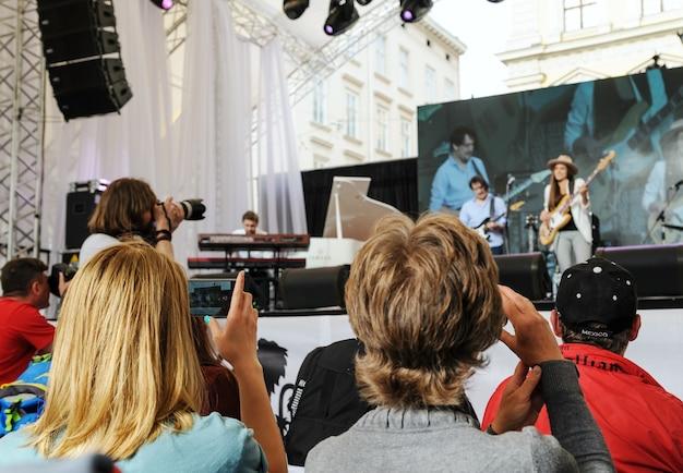 Festival musicale alpha jazz fest. lviv. ucraina. 23 giugno 2017. le persone fotografano i musicisti.