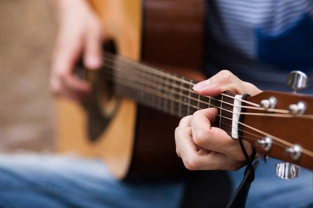 Stile di vita musicale. uomo che suona la chitarra. strumenti dell'artista.
