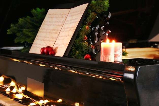 Note musicali al pianoforte con decorazioni natalizie