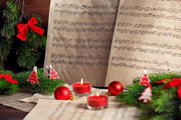 Note musicali con decorazioni natalizie da vicino
