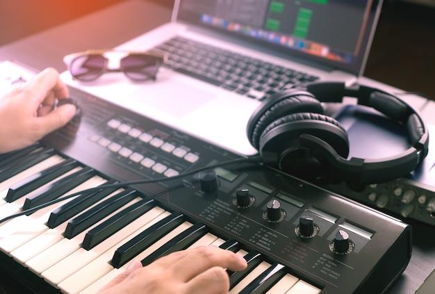 Music producer sta registrando la musica su un laptop