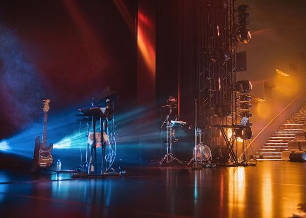 Strumenti musicali in scena alla luce del neon e della luce teatrale prima del concerto