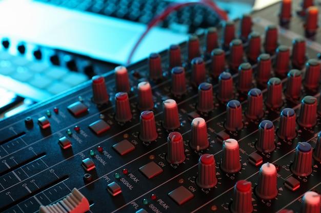 Concetto di lavoro di produttore musicale, primo piano e messa a fuoco selettiva