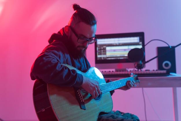 Musicista e concetto di produzione musicale - produttore di suoni maschile che lavora in studio di registrazione.