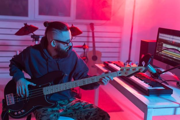 Musicista e fare il concetto di musica. produttore di suoni uomo che lavora in studio di registrazione.