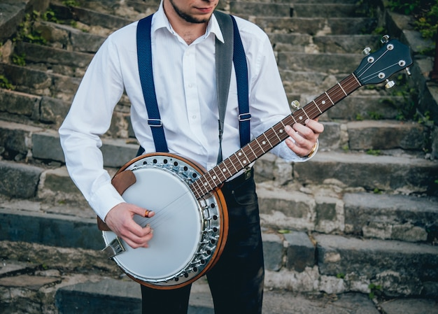 Musicista che suona il banjo in strada