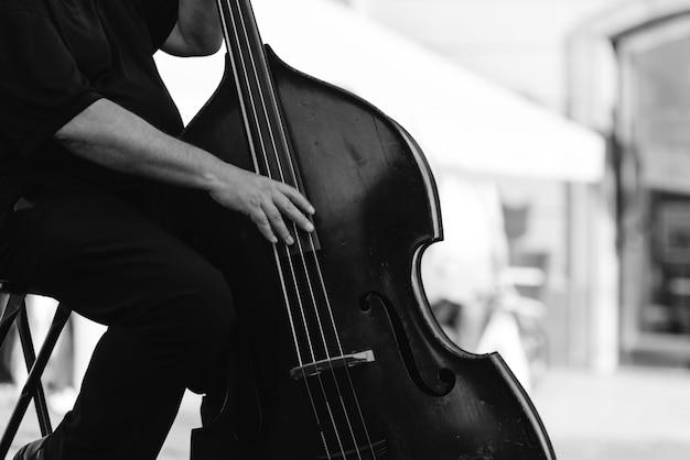 Musicista che suona il contrabbasso in strada. concetto di strumento musicale.