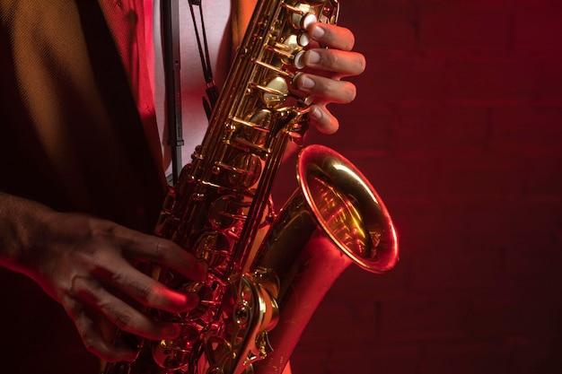 Musicista che suona il sassofono