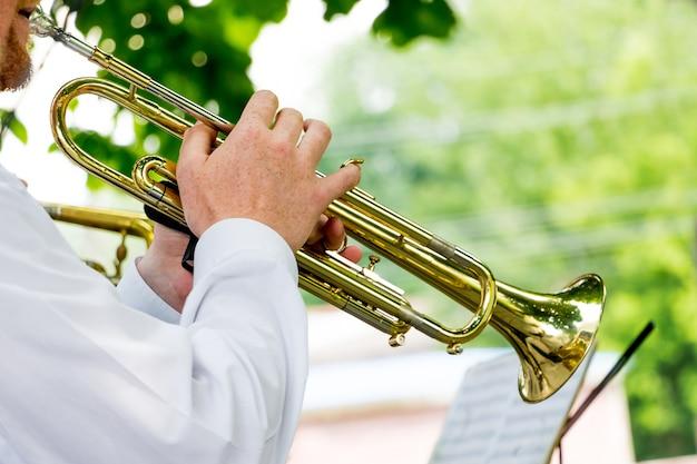 Il musicista suona la tromba durante un concerto all'aperto