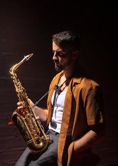 Musicista sotto i riflettori che tiene un sassofono