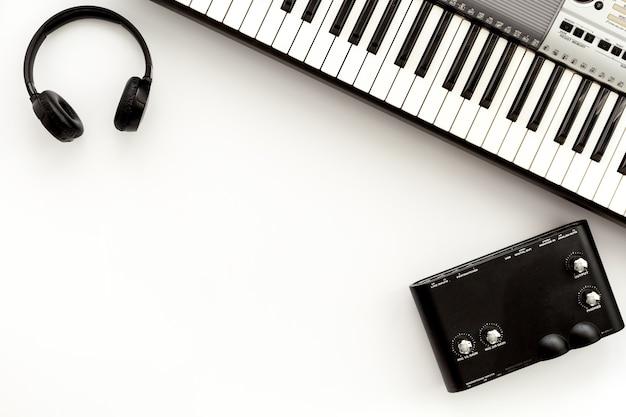 Set da lavoro musicista con nota sintetizzatore e cuffie