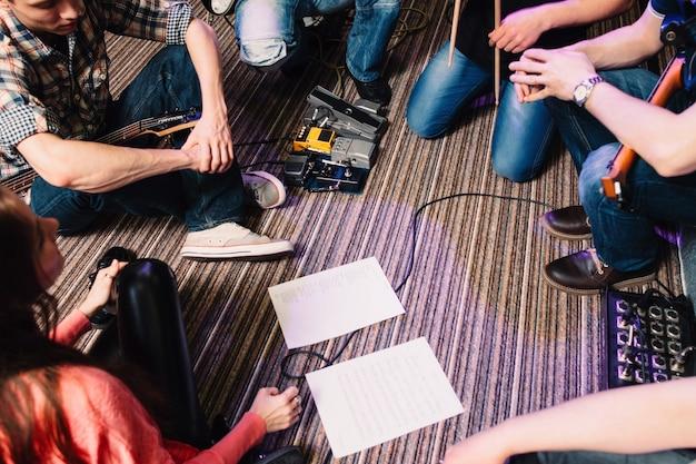 Musicisti che compongono una nuova canzone in studio