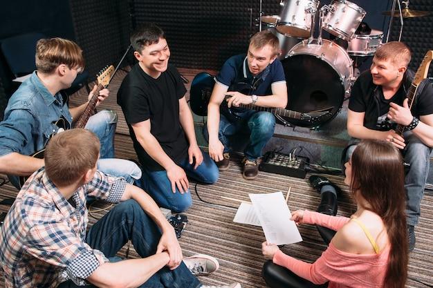 Musicisti che parlano di una nuova canzone in studio