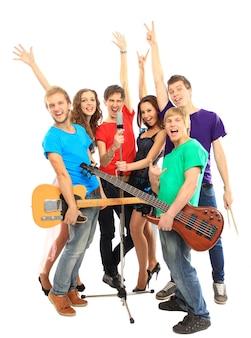 Gruppo di musicisti che suonano strumenti musicali in un concerto isolato su sfondo bianco