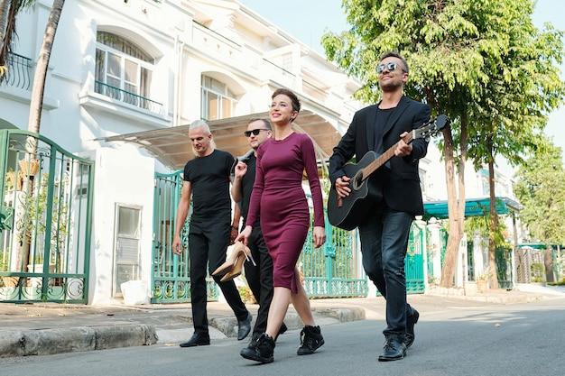 Musicisti che camminano per strada