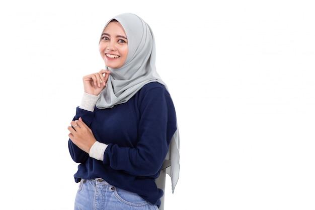 Donna asiatica musulmana isolata