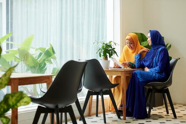Donne musulmane di affari che si incontrano nella caffetteria