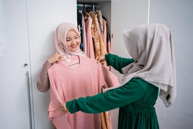 I designer di abbigliamento musulmani mostrano i risultati dei loro capi ai loro clienti