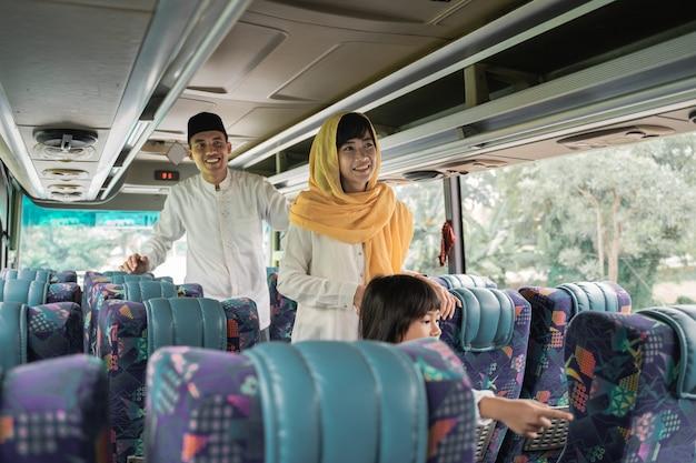 Una coppia musulmana viaggia in autobus durante le vacanze di eid mubarak per incontrare la famiglia a casa