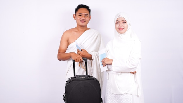 La coppia musulmana indossa l'ihram isolato