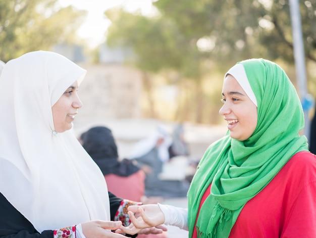 Famiglia musulmana all'aperto