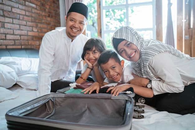 La famiglia musulmana prepara i vestiti da portare quando mudik