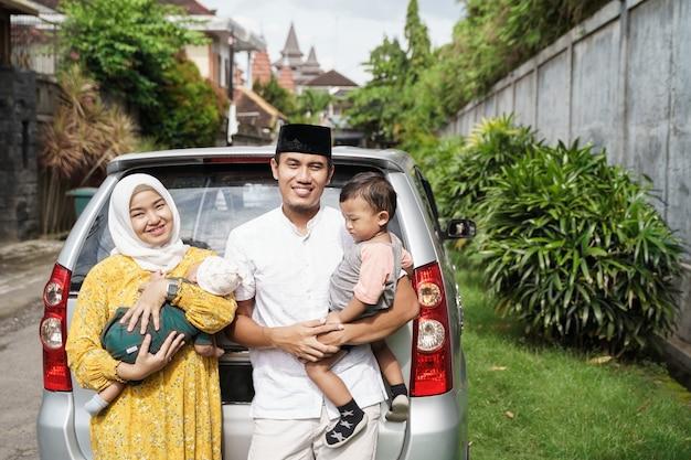 La famiglia musulmana viaggia in auto durante la celebrazione di eid mubarak