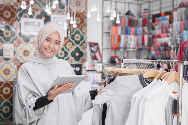 Proprietario di una boutique di moda musulmana con tablet
