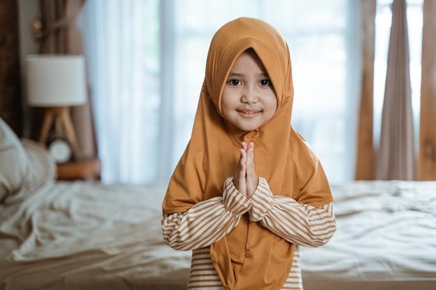 Ragazza musulmana che accoglie il ramadan