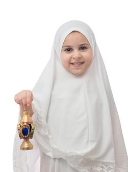 Ragazza musulmana in hijab bianco con lanterna di ramadan