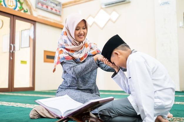 Il ragazzo musulmano paga rispetto al suo insegnante