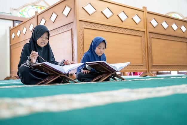 Ragazzino musulmano che legge il corano