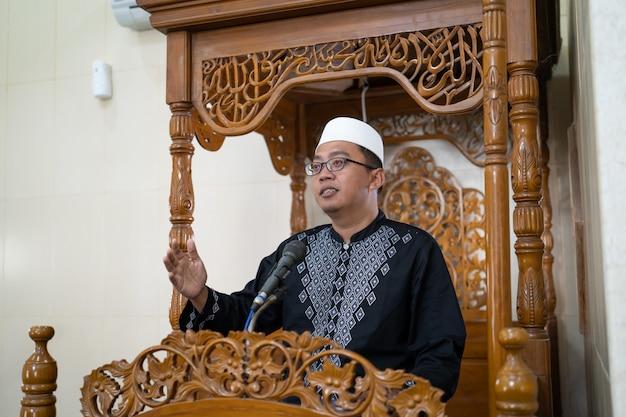 Predicatore maschio musulmano che parla dell'islam