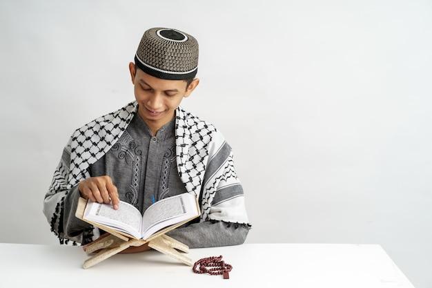Corano maschio musulmano che legge