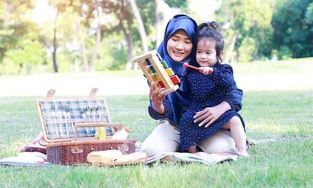 Madre e figlia musulmane si rilassano nel parco.