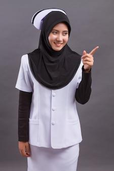 Infermiera musulmana che indica il dito