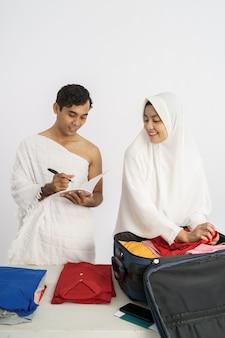La moglie e il marito pellegrini musulmani preparano l'oggetto