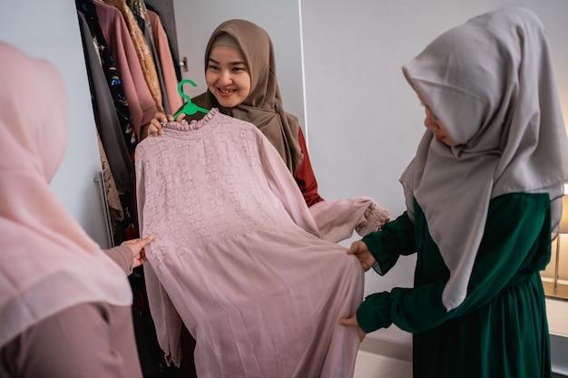Amica musulmana che prende un vestito