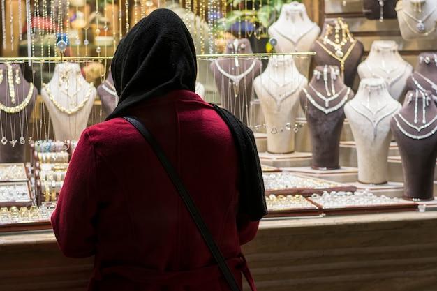 Donna musulmana davanti al negozio di gioielli