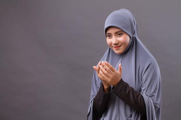 Donna musulmana che prega, posa della mano di preghiera
